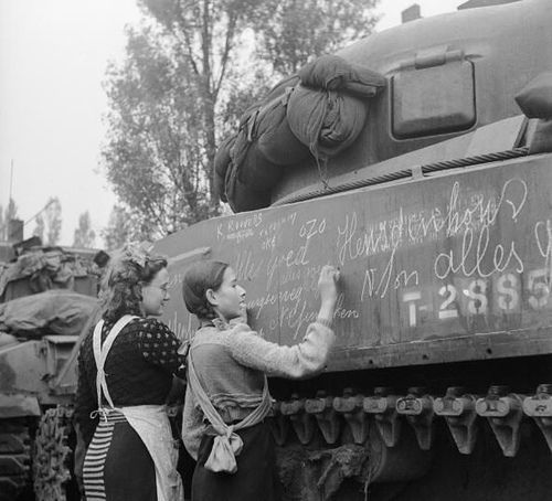 dutch-gilrs-writing-messages-on-tanks